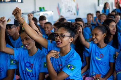 A estudante Vanessa de Carvalho Oliveira Lima, na sala de aula com outros colegas, em um registro feito antes da pandemia.