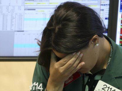 Uma funcionária do Lehman Brothers na Bolsa de Nova York em 15 de setembro de 2008 / No vídeo, 10 anos da queda de Lehman Brothers