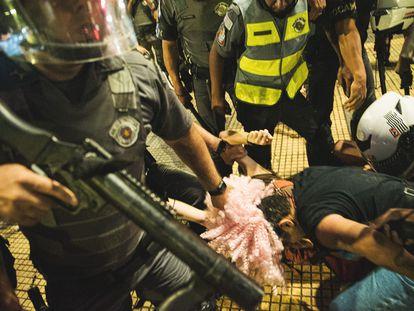 Andreza Delgado, do MPL, é arrastada pelos cabelos no centro da cidade de São Paulo