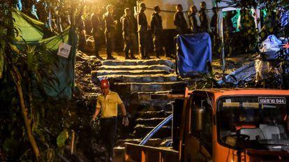 Equipe de resgate junto à caverna de Tham Luang