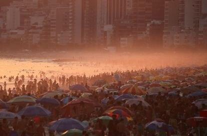 Praia de Ipanema, no Rio de Janeiro, lotada em 2 de outubro, apesar das restrições pela pandemia.