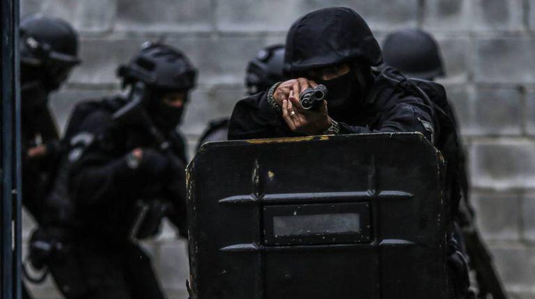 Policiais durante treinamento no presídio de Bangu, no Rio.