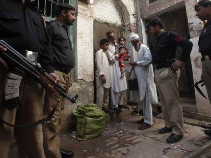Em algumas áreas do Paquistão os médicos precisam de escolta para vacinar.