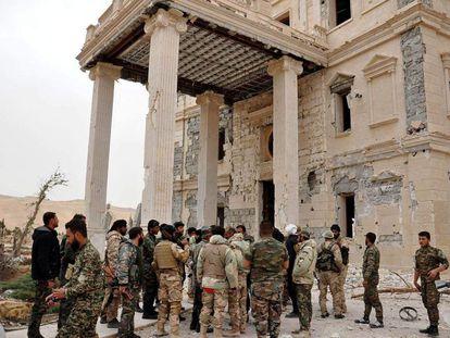 Soldados e militantes depois de um combate na cidade de Palmira, na quinta-feira.