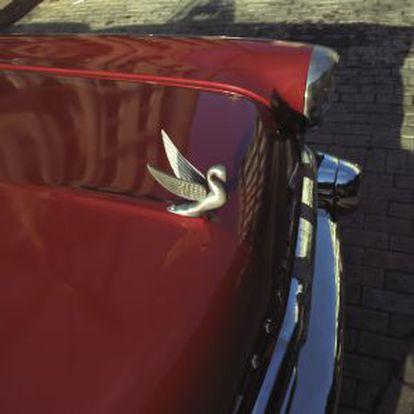 Um carro clássico norte-americano nas ruas de Havana.