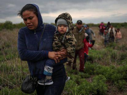 Ana Maria, de El Salvador, tenta chegar aos EUA com o filho de um ano.
