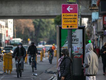 Placa que indica local de vacinação contra a covid-19 em um bairro de Buenos Aires.