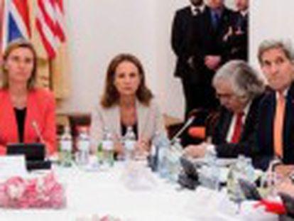 Acordo firmado após negociações com demais potências mundiais detém o acesso dos iranianos à bomba atômica em troca de suspensão de sanções. Abre-se a porta para a reconfiguração do Oriente Médio