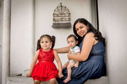 A venezuelana Saray Velandria e os filhos, Isabela e Gianluca.