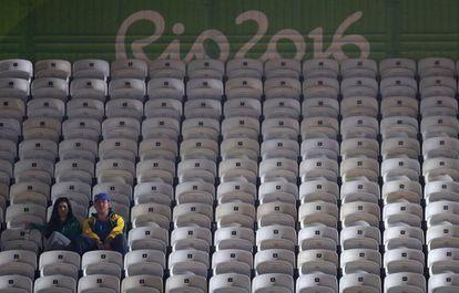 Como já aconteceu em Atenas em 2004, em Pequim em 2008 e em Londres em 2012, os estádios só lotam quando um Bolt ou um Michael Phelps competem em uma final. No Rio, as arquibancadas vazias vem sendo parte da rotina olímpica, sobretudo em esportes com menos tradição no Brasil, como a esgrima, mas também em provas de atletismo e natação. O comitê organizador da Rio 2016 fez um estudo prévio sobre as sessões esportivas que teriam menos demanda e distribuiu gratuitamente 285.000 ingressos a projetos sociais (4,75% do total de seis milhões). Continua tendo cadeiras vazias mas, de vez em quando, chega aos estádios um outro perfil de público, o dos olhos brilhantes e pele escura, que só aspirava a assistir aos Jogos pela TV.