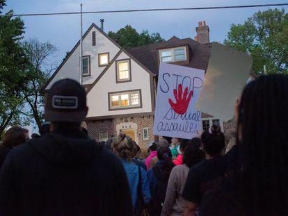 Protesto em frente à fraternidade Phi Gamma Delta, em Iowa City, acusada de promover atividades de abuso sexual.