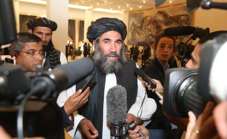 O líder do Talibã, Abdul Salam Zaeef, fala com a imprensa neste sábado em Doha.