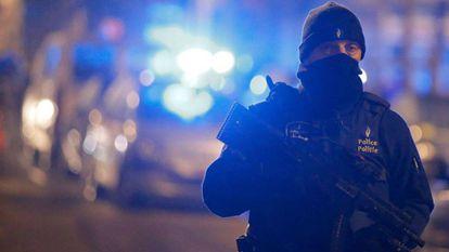Policial participa de uma operação antiterror em Schaerbeek, depois dos atentados de março.