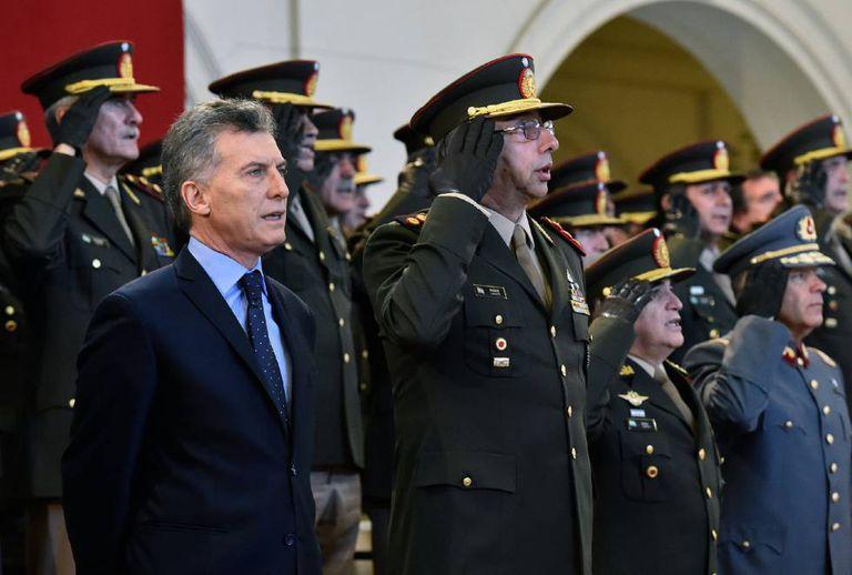 Mauricio Macri junto à cúpula militar, no Dia do Exército.