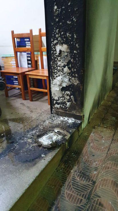 Entrada da redação da Folha da Região após o ataque.