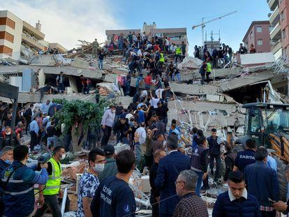 Pessoas tentam resgatar sobreviventes após um terremoto na cidade turca de Izmir, nesta sexta-feira. No vídeo, os efeitos do abalo.