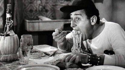 Alberto Sordi comendo massa