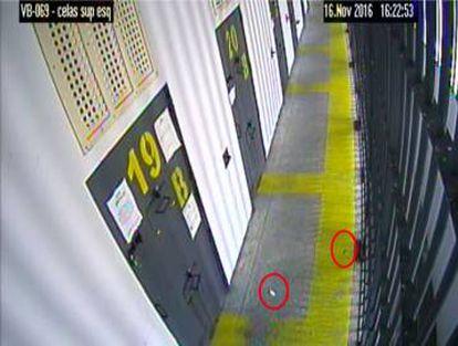 Câmeras da penitenciária federal flagraram o sistema desenvolvido por Beira Mar para arremessar os bilhetes ao colega de cela.