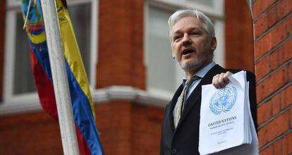 Assange, na sacada da Embaixada do Equador em Londres, em fevereiro de 2015.
