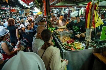 Tradicional feira de rua em Tel Aviv durante o fim de semana.