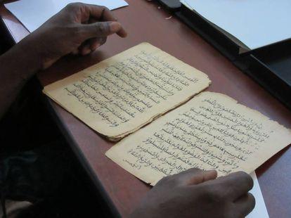 Uma pessoa lê alguns dos 377.000 manuscritos que estão sendo restaurados e digitalizados, em Bamako (Mali).