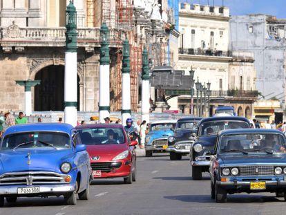 Cuba flexibiliza o mercado de automóveis.