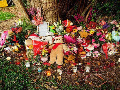 Flores e velas em homenagem às crianças mortas. / Foto: AFP   Vídeo: ATLAS