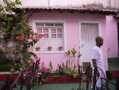 O artista plástico Alberto Pitta na entrada do terreiro Ilê Asé Oyá, em Salvador.