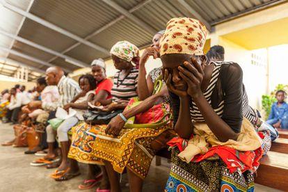 Uma mulher aguarda atendimento no hospital de Manhiça (Moçambique).