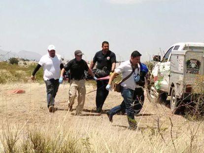 Polícia resgata o corpo da criança assassinada.