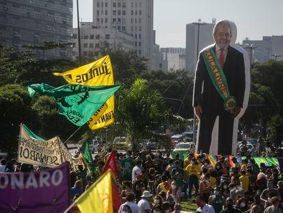 Boneco com a imagem do ex-presidente Lula levado em protesto contra Bolsonaro no Rio, em 29 de maio.