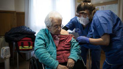 Enfermeiras vacinam uma idosa na residência geriátrica Pare Vilaseca de Igualada (Barcelona), na sexta-feira.