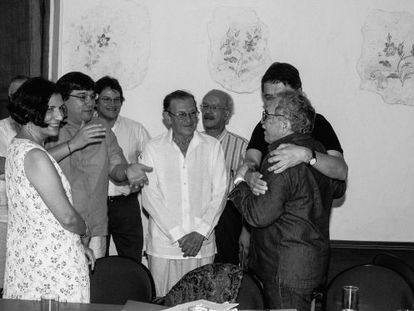 Gabriel García Márquez junto a Alma Guillermoprieto, Jaime Abello Banfi, Gustavo Bell, José Salgar, Javier Darío Restrepo y Sergio Ramírez na sede da FNPI em Cartagena, 2006.
