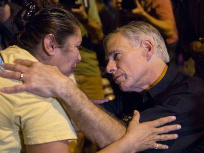 O governador do Texas, Greg Abbott, consola uma moradora de Sutherland Springs.