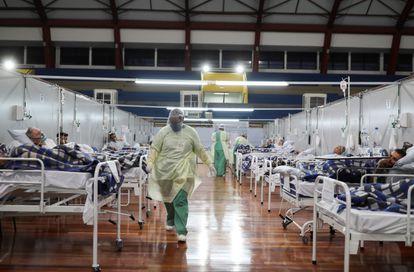 Pacientes com coronavírus, em um hospital de campanha em Santo André, São Paulo.
