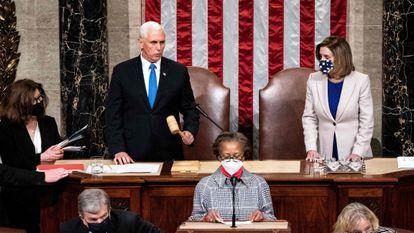 O vice-presidente dos Estados Unidos, Mike Pence, e a presidenta da Câmara dos Deputados, Nancy Pelosi, durante a sessão de certificação dos resultados eleitorais.