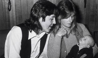 Paul McCartney e sua mulher, Linda, com a filha Mary, em 1969