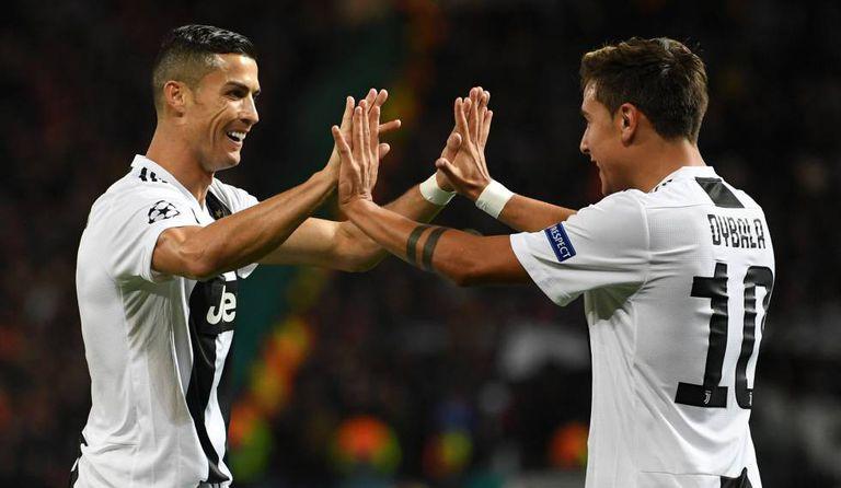 Dybala e Cristiano Ronaldo comemoram gol do argentino, que definiu o jogo em Manchester.
