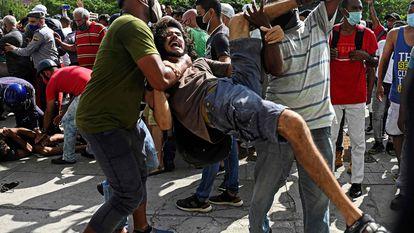 Um homem é preso durante um protesto contra o Governo cubano em Havana neste domingo.