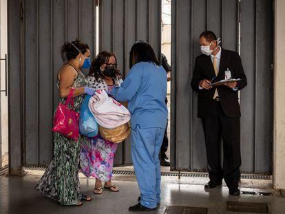 Adriana e a mãe, Conceição de Maria, de 56 anos, que recebeu alta nesta quinta-feira, 14 de maio, do Hospital de Campanha do Pacaembu, na região central de São Paulo.