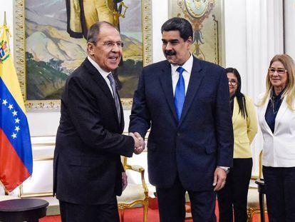 Nicolás Maduro (à direita) cumprimenta Serguei Lavrov nesta sexta-feira em Caracas.