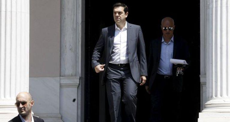 Alexis Tsipras deixa a sede do Governo em Atenas.