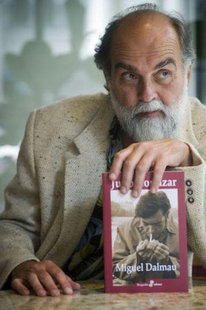 Miguel Dalmau, com sua biografia de Cortázar. / JUAN BARBOSA