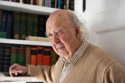 O professor Brown na biblioteca de sua casa em Princeton, em abril