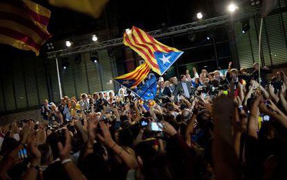 Partidários de Junts pel Sí com seus principais candidatos, na noite da eleição de 27-S.