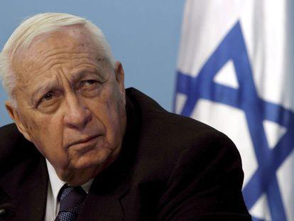 16 de novembro de 2005. O então primeiro-ministro israelense, Ariel Sharon, em seu escritório em Jerusalém, Israel.