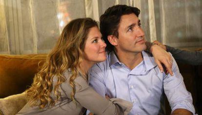 Com sua mulher, Sophie Gregoire, vendo os resultados das eleições na televisão.