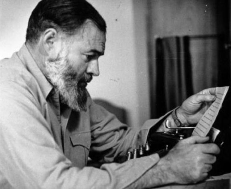 Hemingway, sempre tão fotogênico, com sua máquina de escrever.