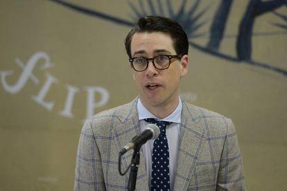 Benjamin Moser, vestindo um elegante terno na Flip.