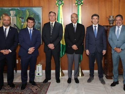 Presidente Bolsonaro se reúne com o CFM para discutir uso da cloroquina em abril de 2020. Ao seu lado direito, está o presidente do CFM, Mauro Luiz Ribeiro.